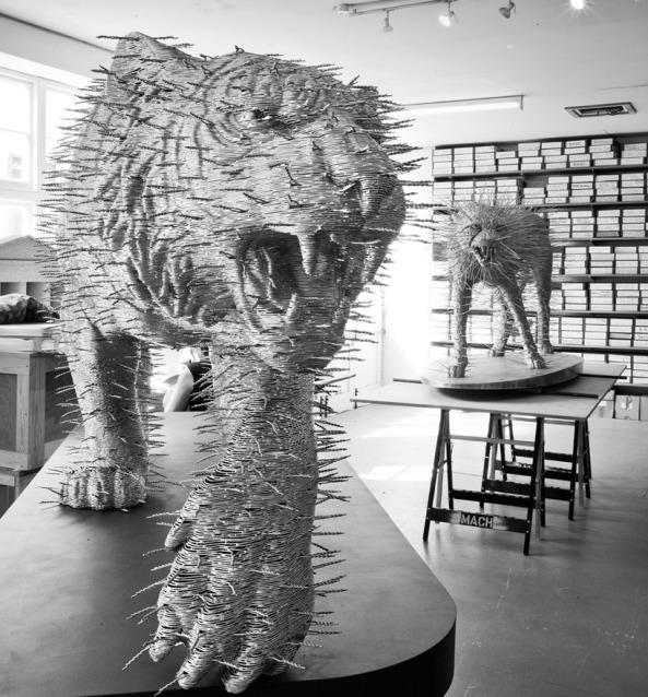 Les Incroyables sculptures de David Mach en allumettes,cartes et portes manteaux! (2)