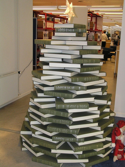 sapin-entree-bibliotheque-livres-empiles-surplombes-etoile
