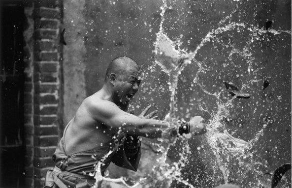 Les Moines Shaolin par Tomasz Gudzowaty